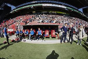 Michael Hansen (FC Vestsj�lland) og resten af b�nken