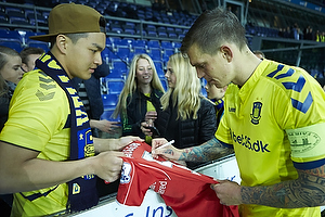 Daniel Agger, anf�rer (Br�ndby IF) skirver autografer til Liverpool-fan