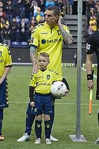 Daniel Agger, anf�rer (Br�ndby IF) og dagens maskot David Cortsen (U-8.2)