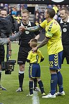 Daniel Agger, anf�rer (Br�ndby IF) og dagens maskot David Cortsen (U-8.2), J�rgen Daugbjerg Burchardt, dommer