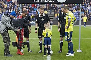 Daniel Agger, anf�rer (Br�ndby IF) og dagens maskot David Cortsen (U-8.2), J�rgen Daugbjerg Burchardt, dommer, Patrick Mtiliga, anf�rer (FC Nordsj�lland)