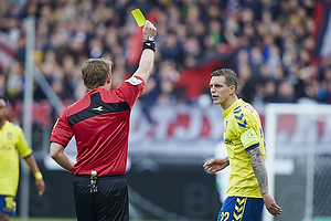 Daniel Agger, anf�rer (Br�ndby IF) modtager en advarsel