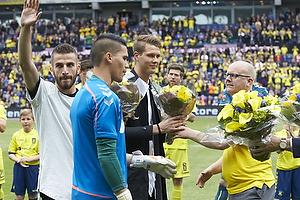 Per Rud, sportsdirekt�r (Br�ndby IF) med blomster til Ferhan Hasani (Br�ndby IF), Holmbert Fridjonsson (Br�ndby IF) og Michael Falkesgaard (Br�ndby IF)