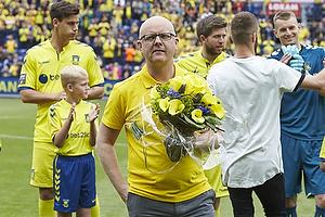 Per Rud, sportsdirekt�r (Br�ndby IF) med blomster