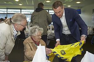Jan Bech Andersen, bestyrelsesformand (Br�ndby IF) med en spillertr�je til Elly, 100-�rig fan