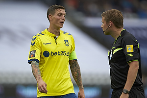 Daniel Agger, anf�rer (Br�ndby IF), Jens Maae, dommer