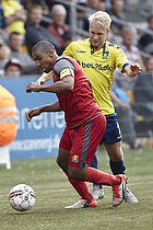 Patrick Mtiliga, anf�rer (FC Nordsj�lland), Johan Larsson (Br�ndby IF)