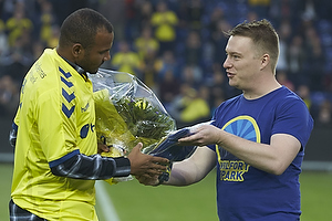 Rodolph William Austin (Br�ndby IF) f�r blomster af Lasse Hjorth, formand (Br�ndby Support)