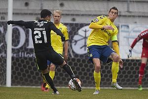 Daniel Agger, anf�rer (Br�ndby IF), Osama Akharraz (Viborg FF)