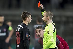 Andr� R�mer (FC Midtjylland) udvises af Dennis Mogensen, dommer