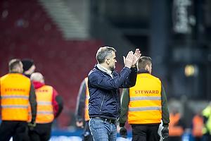 Anders H�rsholt, adm. direkt�r (FC K�benhavn) klapper mod udeholdets tribuen
