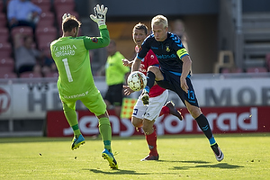 Johan Larsson, anf�rer (Br�ndby IF), Thomas N�rgaard (Silkeborg IF)