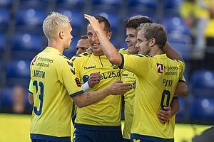 Johan Larsson, anf�rer (Br�ndby IF), Teemu Pukki (Br�ndby IF)