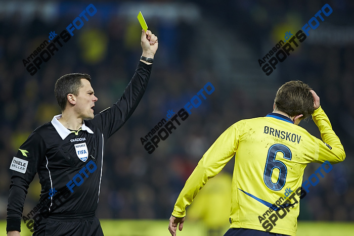 Michael Tykgaard, dommer giver advarsel til Alexander Szymanowski (Br�ndby IF)