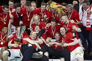 Aalborg H�ndbold spillerne jubler med pokalen