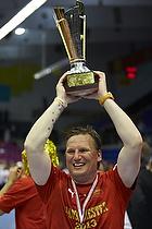 Nikolaj Jacobsen, cheftr�ner (Aalborg H�ndbold) med pokalen