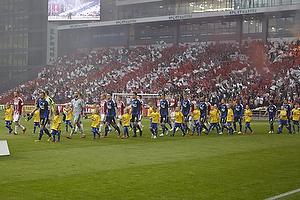 Spillerne g�r p� banen til Aab-fansenes tifo