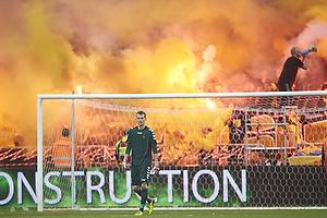 Lukas Hradecky (Br�ndby IF) med r�g og romerlys fra br�ndbyfansne i baggrunden